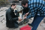 Включение полётного фотоаппарата при тестах отделения зонда. На фото -- Виталий Мечинский (Lupus, слева), Алеся Ковальская (Cassiopeia), Алексей Ткаченко (Deimos).