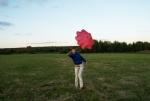 Испытания тестового парашюта проводит Зоя Кенько (Йоа).